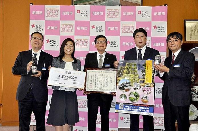 中央の感謝状を持っている人物が大和陽二支社長、左から二番目の女性が稲村和美市長