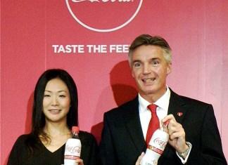 日本コカ・コーラのブレット社長㊨と小林香予ディレクター