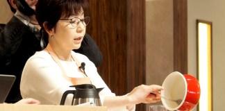 調理実演する小田真規子氏(「明日からできる!朝の温かいスープのすすめ」)