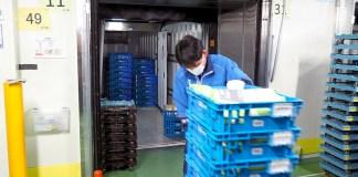 三菱食品の川崎チルドCDC。朝に座間のセンターで仕分けされた「ロピック」商品が集約され、一般商品とともに各店舗に配送される。(ローソン フレッシュ ピック)