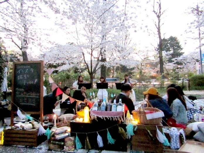 春到来で外出機会が多くなり需要も高まる(写真は大塚食品が行った花見会)