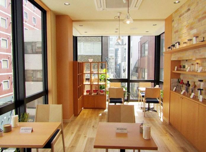 カフェフロアに物販・展示スペースを併設(HARIO Cafe & Lampwork Factory)