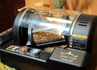 コーヒー焙煎機で焙煎中の麦(麦のカフェ CEBADA(セバダ))
