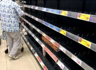 商品が姿を消したスーパーのラーメン売場(18日夕方 大阪北部地震)