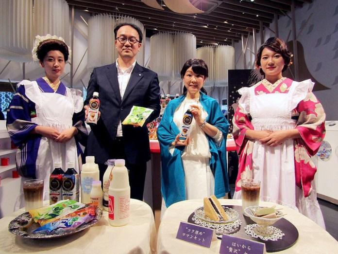 永田真一部長(左から2人目 ネスレ日本)とミルク料理研究家の小山浩子氏(同3人目 ミルク料理研究家)