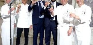 乾杯する正副会長とイタリア大使館関係者(イタリア料理協会30周年)