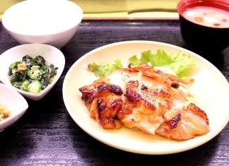 提供メニューのひとつ「みやざき地頭鶏ときのこ香ばしステーキ」(エームサービス)