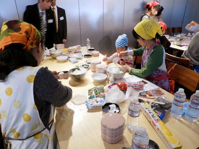 「和弁当作り・親子食育教室」(大森屋)の様子