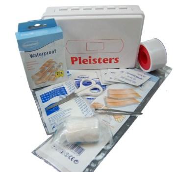 pleisterdoos-voor-de-eerste-hulp-met-pincet-en-veel-pleisters
