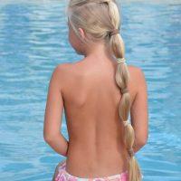 Groen haar door het zwemmen in het zwembad?