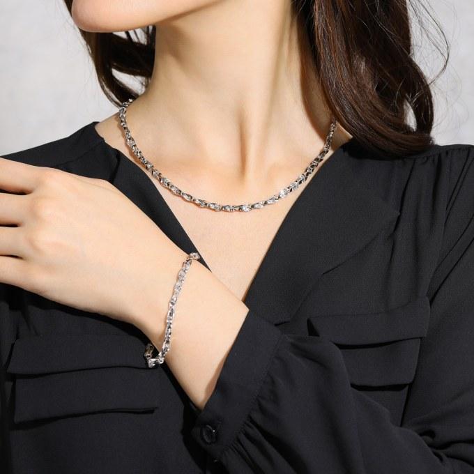 純プラチナ 13gUP 手組みで紡ぐ匠の技 クワトロウィンザー ネックレスの着用例