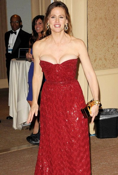 jennifer garner avoids wardrobe malfunction at gloden globe