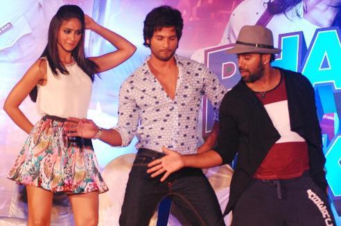 shahid-ileana dancing-phata poster-showbizbites