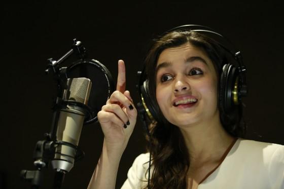 alia bhatt to sing for highway-showbizbites-01