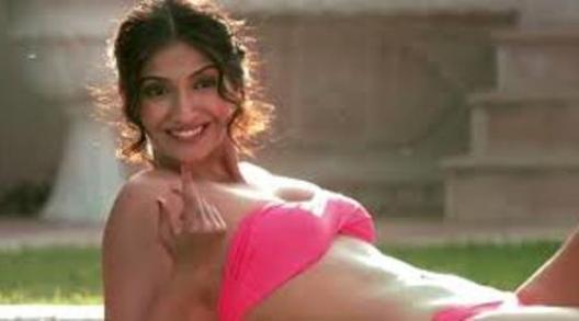 sonam kapoor in bikini-bewakoofiyan-showbizbites-03