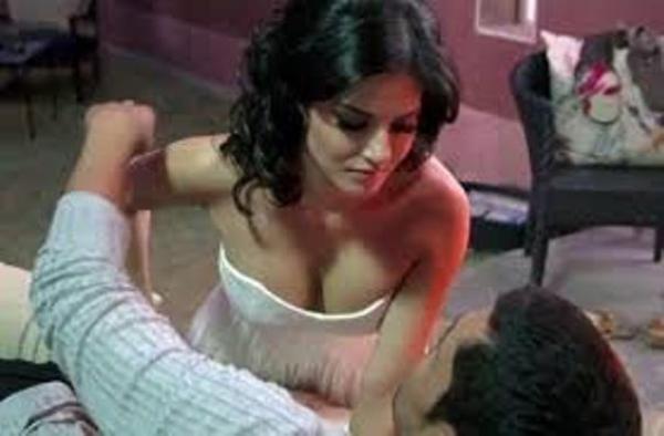 sunny's cleavage-ragini mms-showbizbites-02