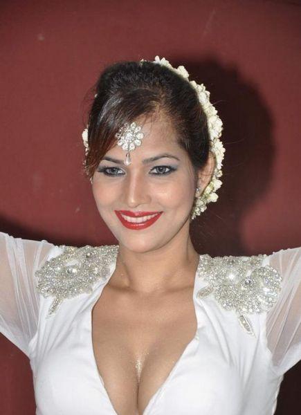tanisha singh plays holi-showbizbites-04