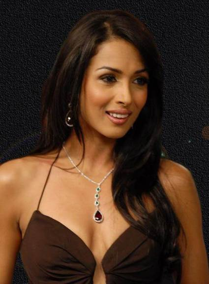 malaika arora hot cleavage-showbizbites-05