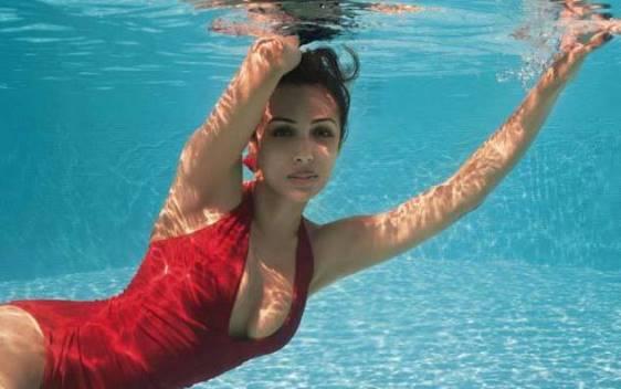 malaika arora hot cleavage-showbizbites-12
