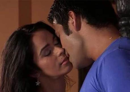 mallika sherawat kisses a contestant