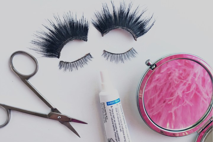 Showgirls.Life – Showgirl Shortcuts: How to Put on False Eyelashes Like a Pro!