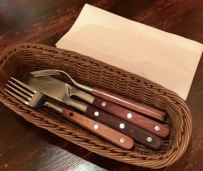 渋谷の桜丘町にあるゴールドラッシュのテーブルにあるフォークとナイフ