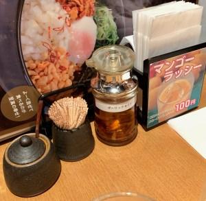 カレーうどん専門店「千吉(せんきち)」の卓上セット