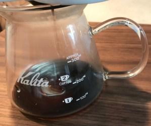 224porcelainのセラミックフィルターでコーヒーを抽出中