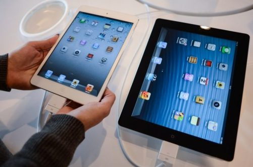 Consumidor compra o novo iPad Mini da Apple - Andreas Solaro / AFP