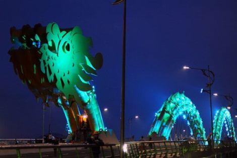 dragon bridge 8 - Vietnam tem uma ponte em forma de dragão que cospe fogo