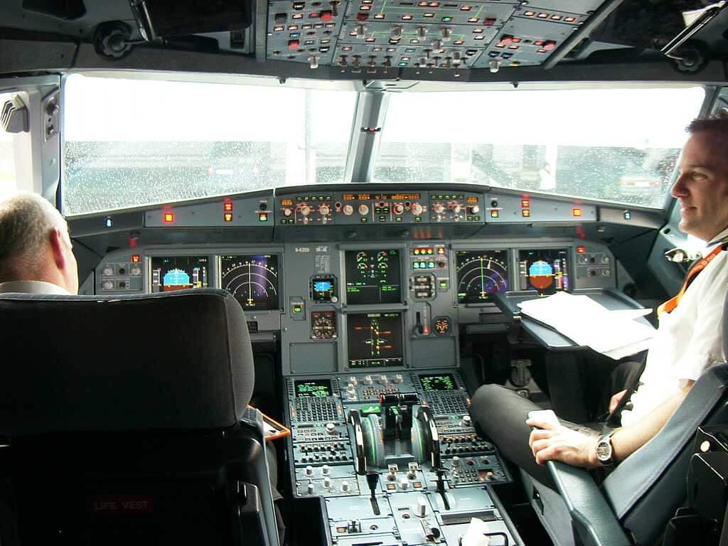 Airbus 319 cockpit - Confiança no piloto automático é o maior risco de segurança na aviação atualmente