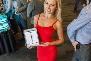 20141119 like a glove dress demo - Roupa inteligente calcula suas medidas corporais