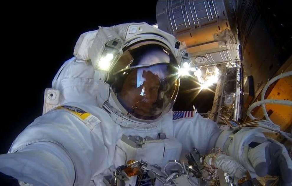 astronauta ajusta cmera gopro antes da misso reproduo nasa - NASA divulgada vídeo com imagens de tirar o fôlego no espaço