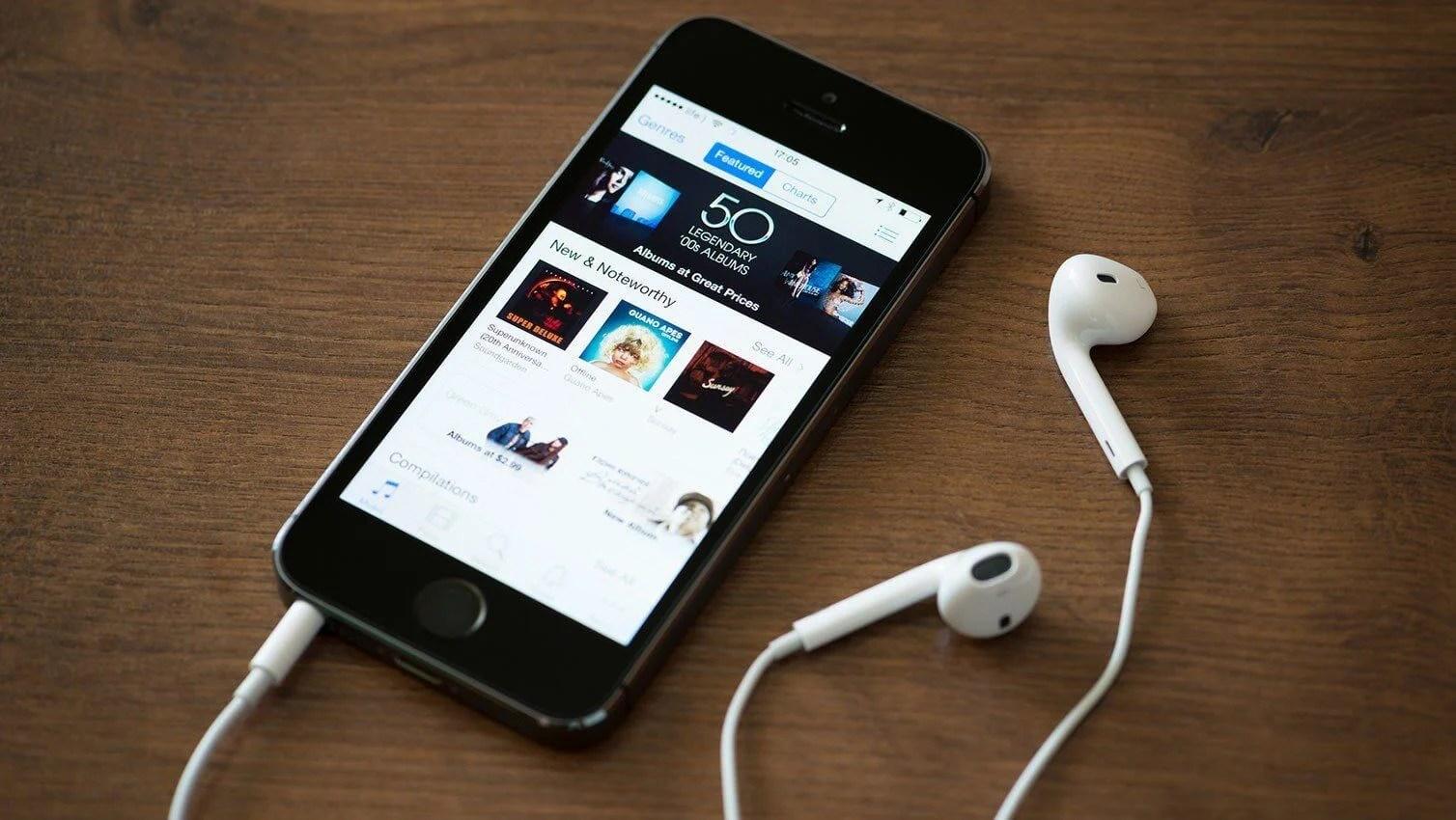 itunes on iphone podcast headphones 24 - Apple está trabalhando em novas funções para podcasts