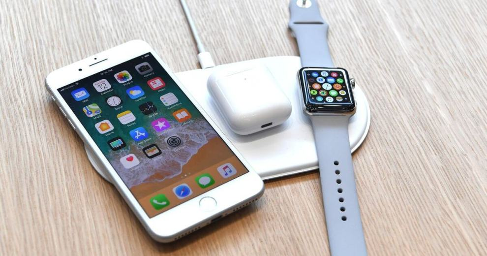 An AirPower mat is seen charging multipl - AirPower: carregador wireless da Apple deverá chegar ao mercado em março