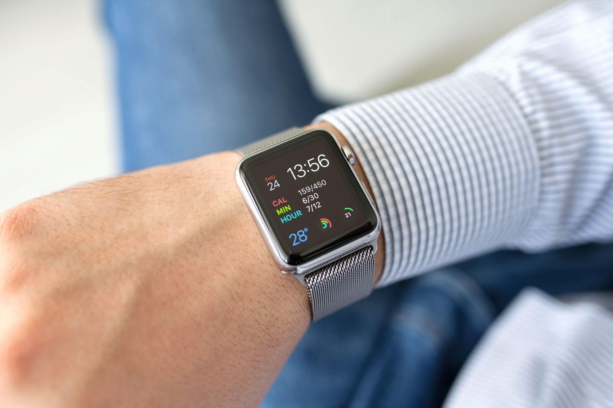 man wearing an apple watch - Beta do watchOS sugere suporte de Faces de terceiros