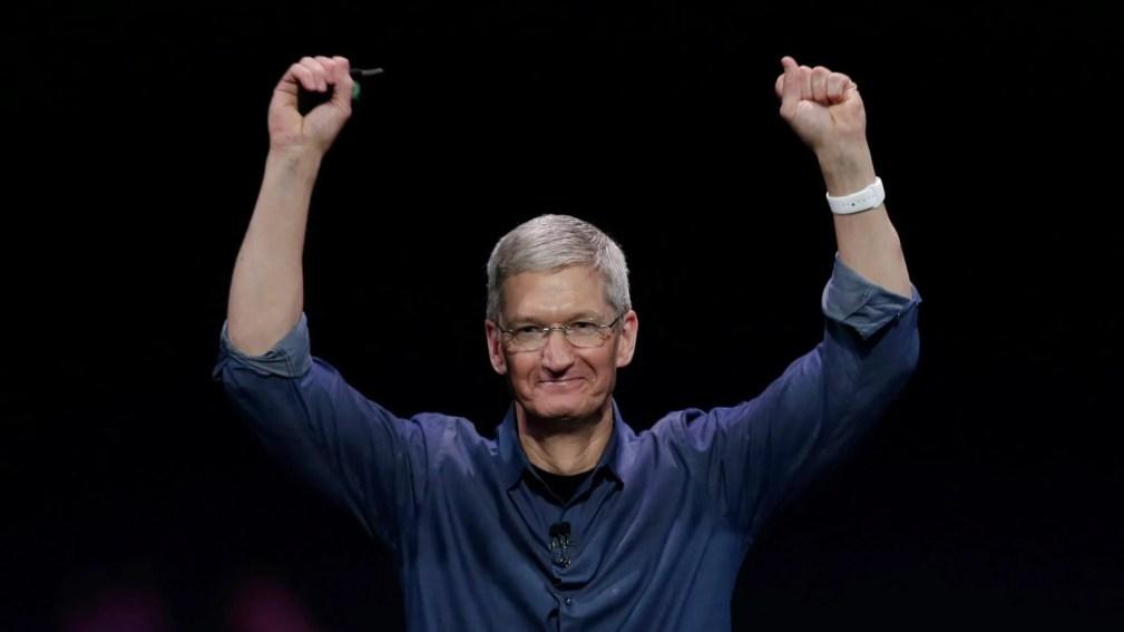 tim cook hands up - Apple desenvolve, através de parcerias, método revolucionário para fundir alumínio