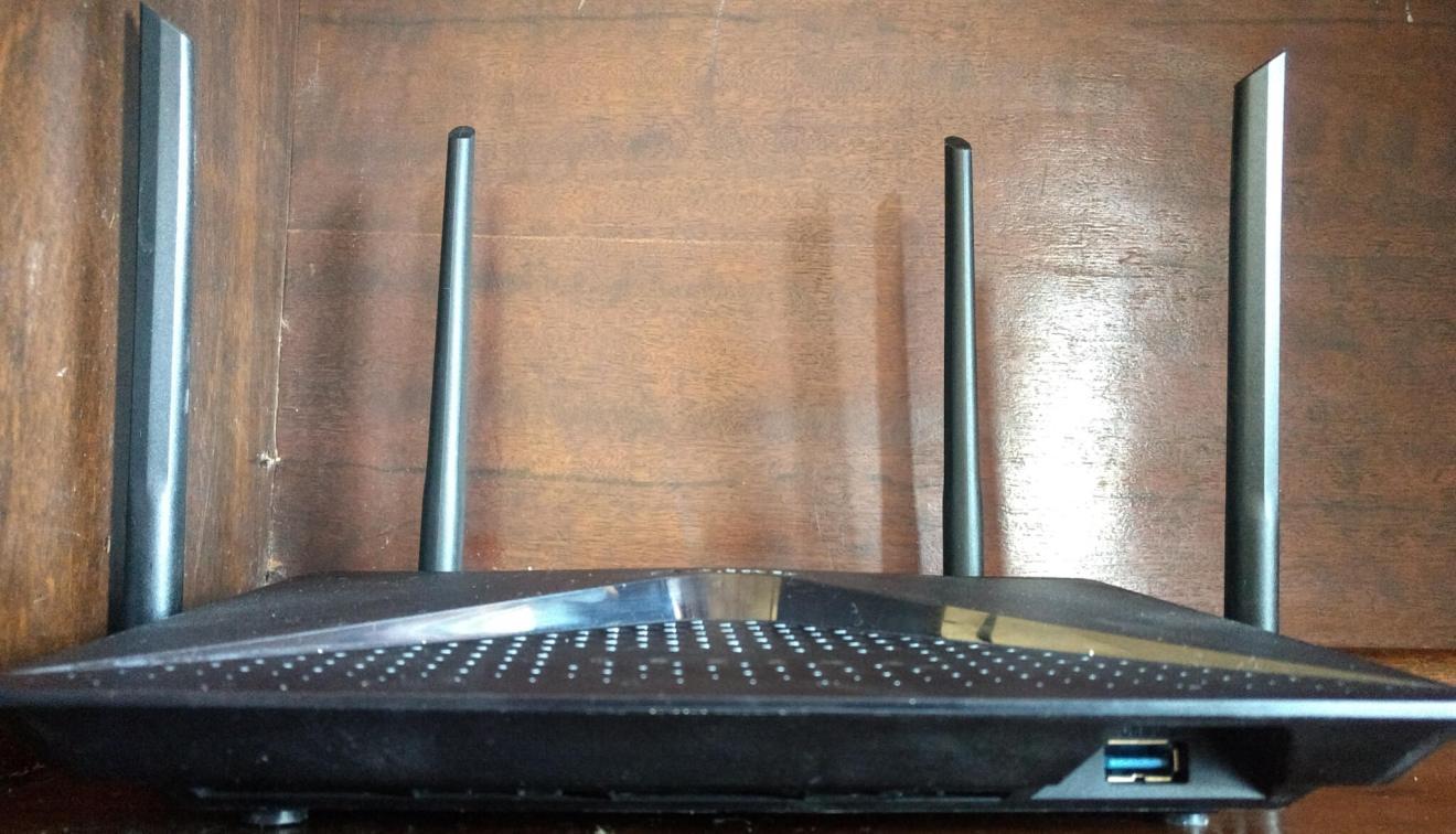 Foto da frente do D-link AC2600, mostrando as quatro antenas do roteador