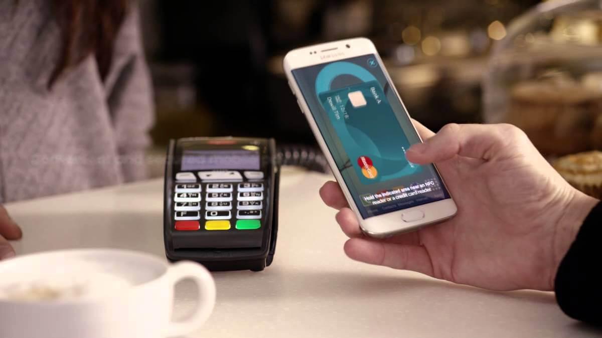 Uma máquina de cartão de crédito recebendo o pagamento da compra por meio do Samsung Pay.