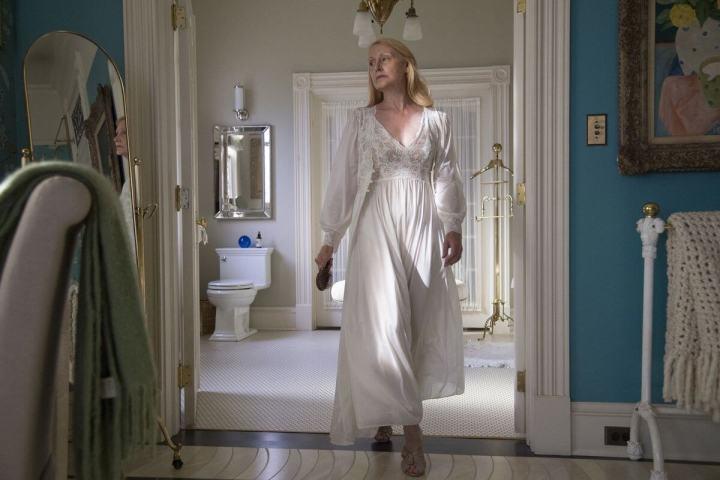 Patricia Clarkson brilha no papel da de Adora, mãe de Camille, em Sharp Objects