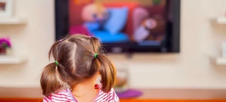 Menina em primero plano, assistindo Netflix
