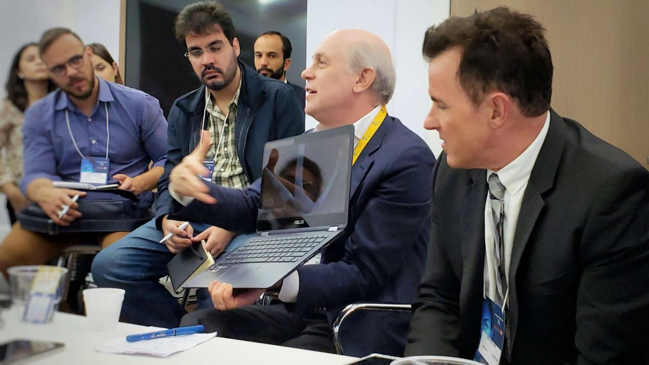 Representante da Qualcomm demontrando Notebook conectado