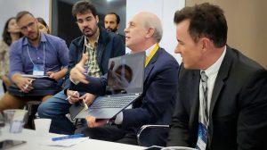 Representante da Qualcomm demontrando Notebook conectado