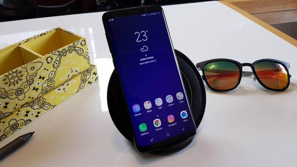 Imagem do Galaxy S9 sendo recarregado via indução, em uma mesa