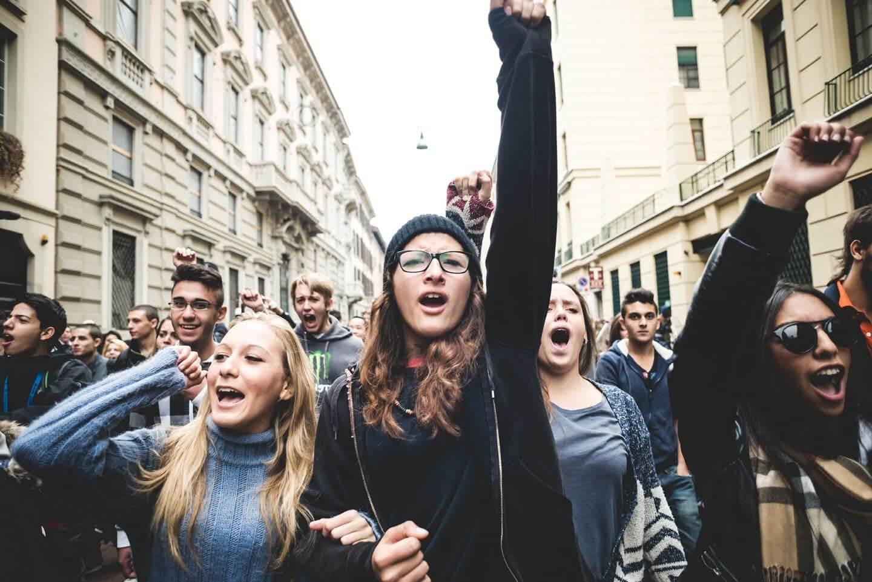 politically correct millennials protesting 1440x961 - A Triste Balada da Pós-Verdade e do Embate de Gerações