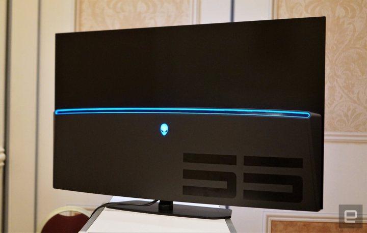 Novo monitor OLED tem o design Legend da Alienware. Crédito da imagem: Devindra Hardawar/Engadget