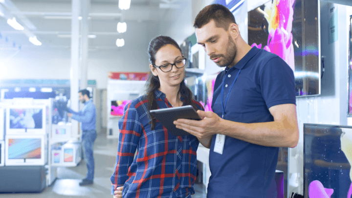 Dois promotores de vendas conversando sobre o aplicativo de monitoramento de promotores