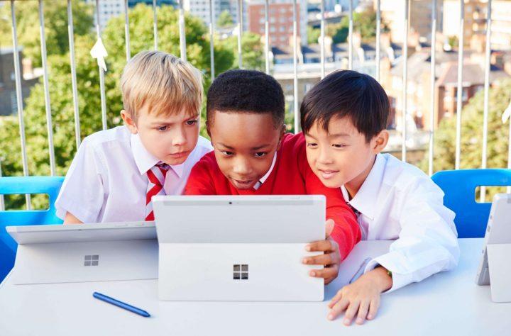 Crianças usando um Surface