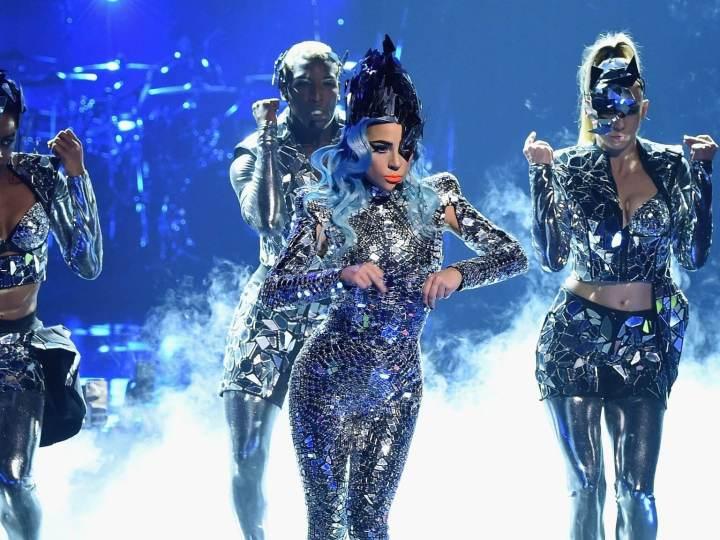 Em sua última série de shows, Lady Gaga usou figurinhos com muito reflexos e cores, em figurinos que a deixavam semelhante a animes e jogos