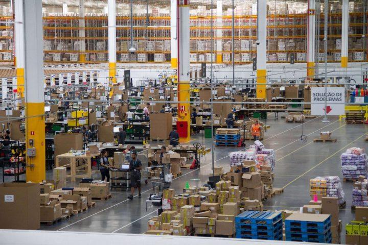 Imagem interna do vovo centro de distribuição da Amazon no Brasil